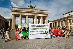 Demonstration für eine Finanztransaktionssteuer vor dem Brandenburger Tor