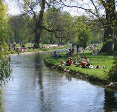 Belebte LIegewiesen beiderseits des Schwabinger Bachs, Englischer Garten, München
