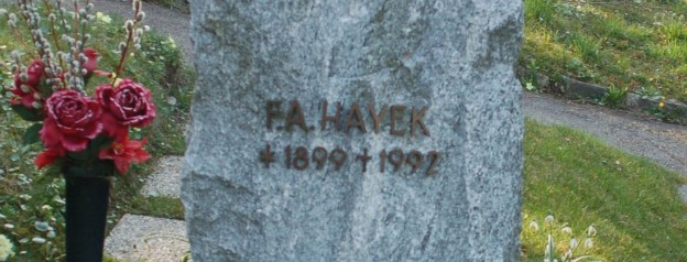 Neustifter_Friedhof_-_Friedrich_August_Hayek_(cropped)